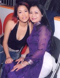 Thu Phương (trái) và ca sĩ Khánh Ly.