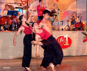 Các nghệ sĩ múa đương đại biểu diễn trong đêm nhạc.