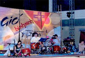 Các nghệ sĩ tập luyện trước đêm ra mắt.