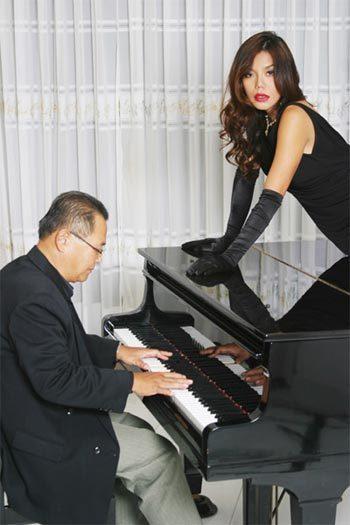 Bảo Chấn đệm đàn cho ca sĩ Cindy Thái Tài.