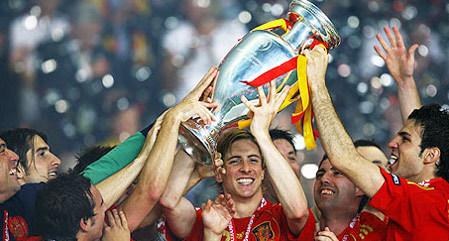 Các cầu thủ Tây Ban Nha ăn mừng chiến thắng.