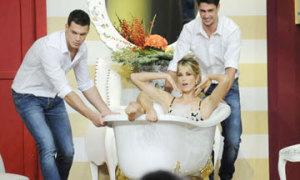 Sốc với cảnh tắm của bạn gái sao Italy