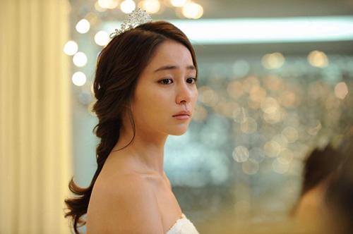 Lần thứ ba này, Lee Min Jung tiếp tục làm cô dâu xinh đẹp trong Midas  bộ phim dự kiến ra mắt khán giả vào 28/2 này. Trong phim, cô và người yêu (Jang Hyuk đóng) đi thử váy cưới tại cửa hàng áo cưới ở Seoul, tuy nhiên sau đó vì công việc của chàng, đám cưới bị hoãn.