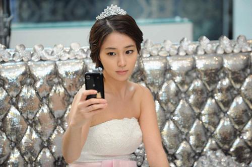 Lee Min Jung tiết lộ, khi quay cảnh đám cưới bị hoãn, cô đã tự hỏi mình sao lại có sự trùng hợp ngẫu nhiên đến vậy, sao ba lần đều mặc váy cưới rồi mà không được cưới.
