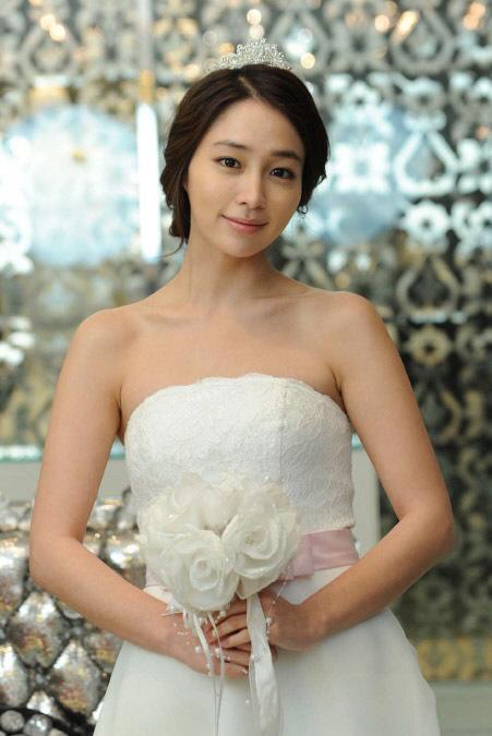 Lee Min Jung trở thành cô dâu xinh đẹp trong bộ phim Midas. Người đẹp tiết lộ, cô đã ba lần mặc váy cưới lên phim, tuy nhiên buồn thay là chẳng bao giờ được làm đám cưới với các chàng hoàng tử đó: Trong Vườn sao băng, tôi cũng một lần diện váy cô dâu, nhưng chàng Xoăn không cưới tôi, sau đó trong Smile, You, tôi cũng có vinh dự được mặc chiếc váy này lần nữa, nhưng đám cưới lại bị hoãn.
