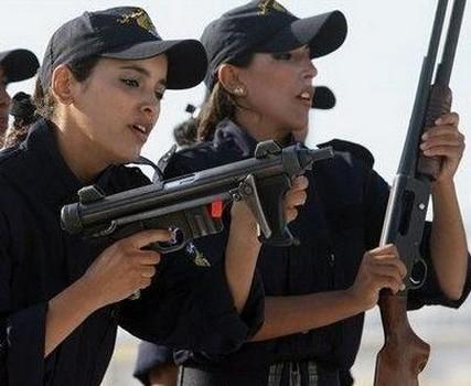 Những cô gái Algeria vẫn xinh đẹp ngay cả khi trên thao trường tập luyện.