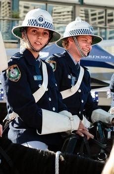 Cảnh sát Australia với chiếc mũ cối độc đáo.