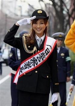 Cảnh sát Nhật Bản cầu kỳ và tươm tất trong bộ trang phục nhiều phụ kiện.