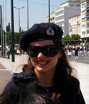 Nếu không có phù hiệu thêu trên mũ, ít ai nghĩ được rằng cô gái xinh đẹp này thuộc hàng ngũ cản sát Hy Lạp.