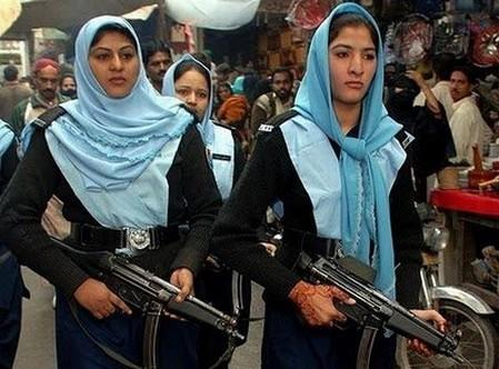 Cảnh sát nữ ở các nước Hồi giáo thường trùm khăn và không để lộ tóc. Trong ảnh là cản sát Pakistan.
