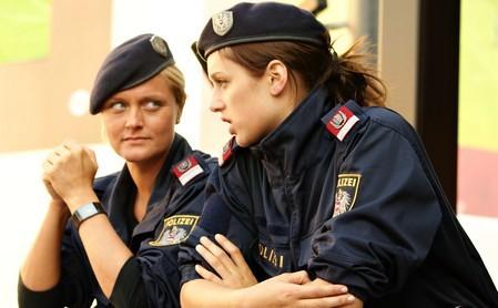 Các cô gái Áo điệu đà với kiểu mũ nồi lệch.