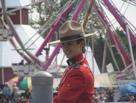 Cảnh sát Canada sành điệu với chiếc mũ phớt kiểu cowboy.