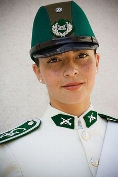 Bộ trang phục phối hợp hai màu trắng và xanh lá cây của cảnh sát Chile.