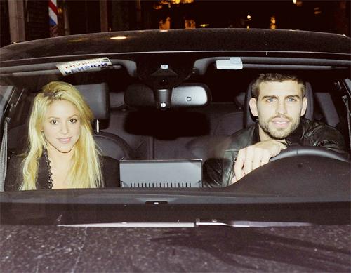 Pique và Shakira chưa lên tiếng thừa nhận đang yêu nhau nhưng cặp đôi bị bắt gặp sánh bước bên nhau nhiều lần.