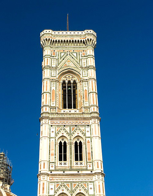 Bên cạnh nhà thờ là tháp chuông Campanile với 12 quả chuông lớn.