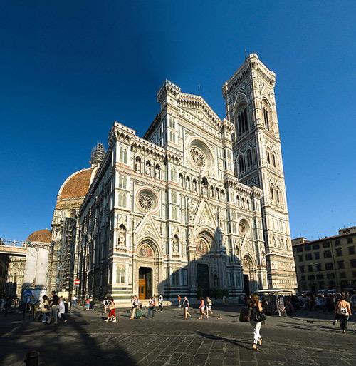 Santa Maria del Fiore được coi là một trong bốn nhà thờ lớn nhất thế giới với chiều dài 153m và chiều rộng 11,5m.