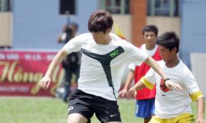 Park Ji Sung trổ tài trên sân cỏ Việt