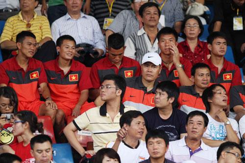 Các tuyển thủ Việt Nam dự khán trận đấu của Park Ji Sung.