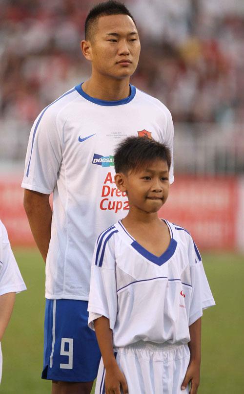 Chú bé háo hức được đứng cùng ngôi sao người Triều Tiên, Jong Tae Se.