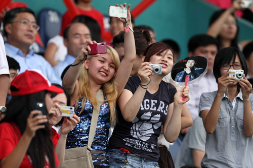 Một phần các cô gái tới sân để theo dõi ban nhạc JYJ.