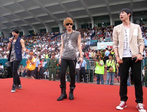 JYJ có màn biểu diễn giữa hai hiệp đấu.