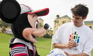 Kaka chơi bóng bầu dục với chuột Mickey