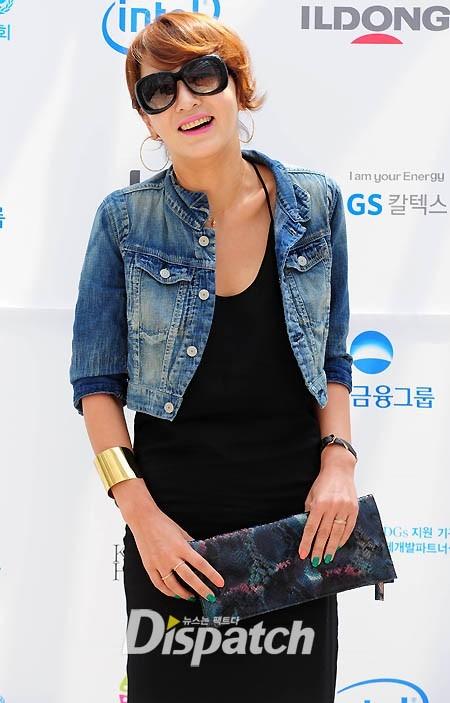 Nụ cười rạng rỡ của Lee Seung Yeon trước lời hỏi thăm của báo giới.