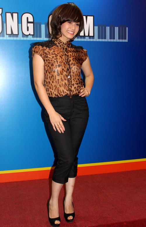 Nữ diễn viên diện trang phục gọn gàng, khoe dáng trước ống kính.