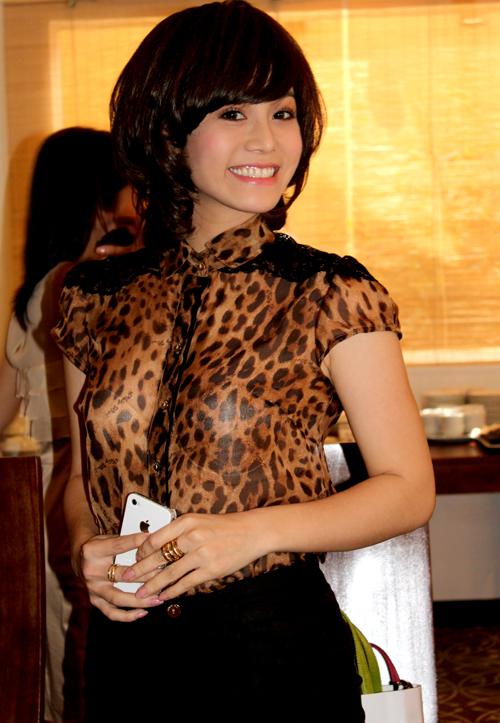 Nhật Kim Anh khoe mái tóc ngắn mới cắt. Nhiều người khen trông cô trẻ trung, mới mẻ hơn với kiểu tóc và phong cách trang phục mới.
