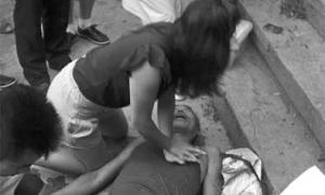 Cô gái trẻ cứu ông già bằng hô hấp nhân tạo