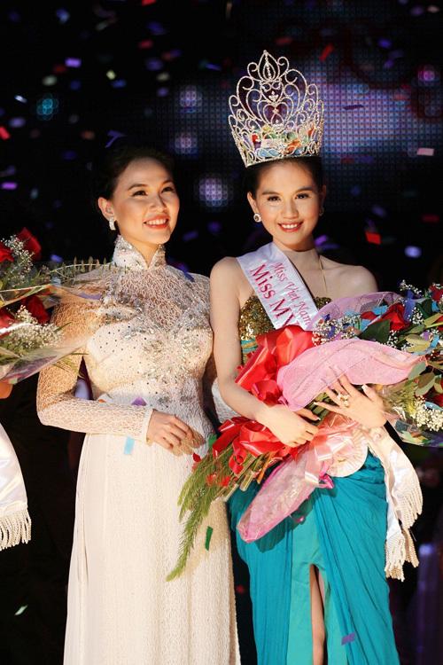 Ngọc Trinh vui sướng khi đoạt danh hiệu Hoa hậu Việt Nam Quốc tế.