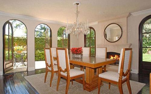 Phòng ăn với rất nhiều cửa kính, đón ánh sáng tự nhiên.