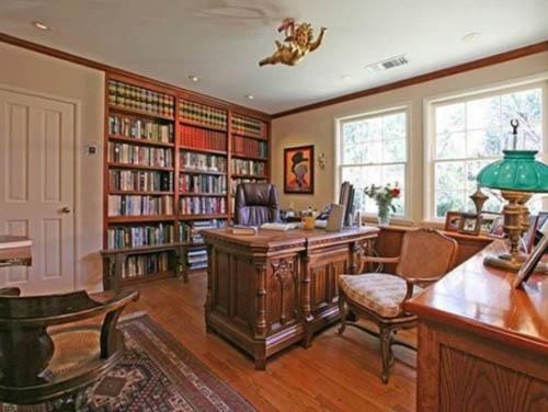 Taylor có riêng một phòng thư viện trong nhà.