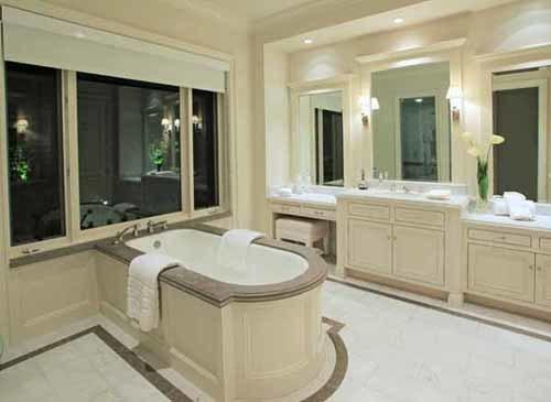 Phòng tắm rộng rãi cũng với màu trắng muốt.