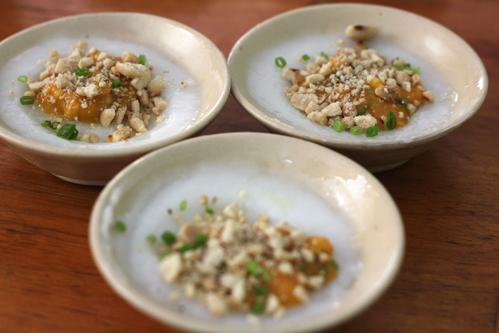 Sau khi ăn các món chính, bạn có thể tráng miệng bằng đĩa bánh bèo nhỏ xinh.