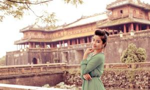 Nữ sinh tạo dáng trong kinh thành Huế