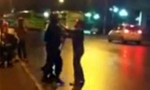 Clip phụ nữ lăng mạ, tát cảnh sát cơ động