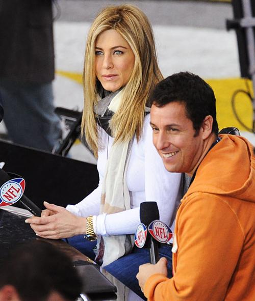 Hai ngôi sao của phim Just Go With It, Jennifer Aniston và Adam Sandler thực hiện một cuộc phỏng vấn tại sân vận động Cowboys tại Dallas vào năm ngoái.