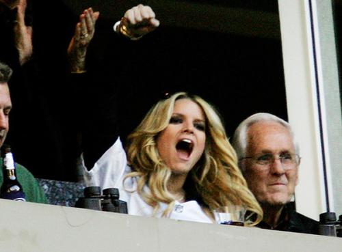 Jessica Simpson vào năm 2007, khi đang hẹn hò cầu thủ bóng bầu dục Tony Romo. Cô có mặt ở khán đài để cổ vũ cho bạn trai.