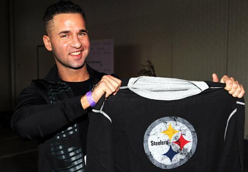 Diễn viên Mike Sorrentino của phim 'Jersey Shore' cổ vũ cho đội Pittsburgh Steelers tại Dallas, Texas năm 2010.