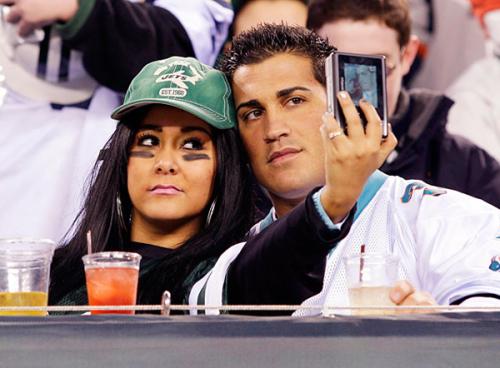 Ngôi sao phim truyền hình thực tế 'Jersey Shore' và bạn trai Jionni LaValle tự chụp ảnh khi theo dõi trận đấu tại East Rutherford, New Jersey.