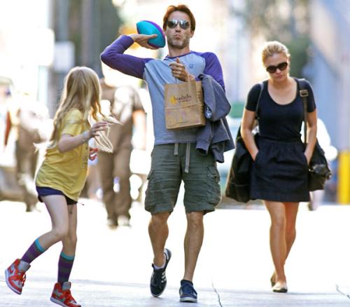 Ngôi sao của 'True Blood', Stephen Moyer cùng con gái đi xem bóng bầu dục ở Santa Monica hồi đầu năm.