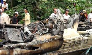 Cận cảnh xe khách cháy, 10 người chết