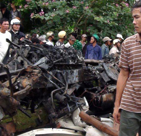 Sau va chạm chiếc xe khách bị bốc cháy dữ dội.