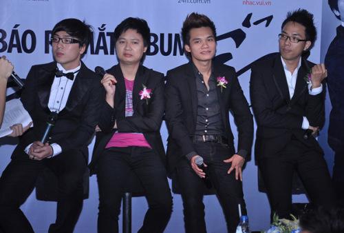 4 nhân vật chính của buổi họp báo. Từ trái sang: nhạc sĩ Nguyễn Hoàng Duy, Nguyễn Hải Phong, Khắc Việt và Nguyễn Hồng Thuận.