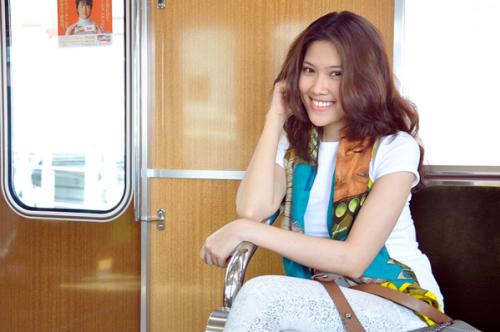 Siêu mẫu khoe nụ cười tươi rói trên tàu điện ngầm.