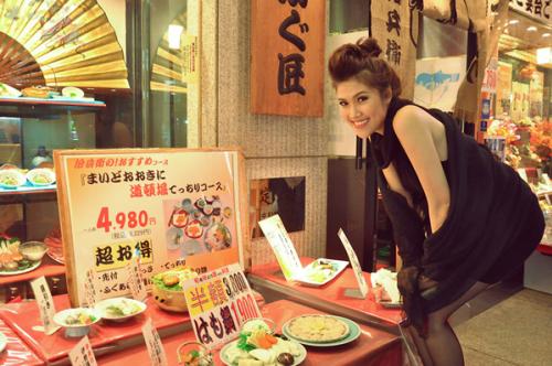 Người đẹp ngó nghiêng những món ăn được bày trí đẹp mắt.