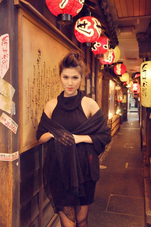 Đến thành phố Osaka vào buổi tối, người đẹp Việt tranh thủ tham quan và khám phá thành phố về đêm. Bên cạnh những khu mua sắm tấp nập người qua lại, thành phố Osaka của Nhật Bản cũng có nhiều góc phố đậm chất văn hóa truyền thống làm xao xuyến người du khách.