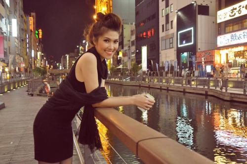 Thu Hằng và một góc thành phố Osaka về đêm.