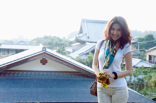 Từ trên núi, người đẹp thoải mái nhìn bao quát một góc thành phố Kyoto.